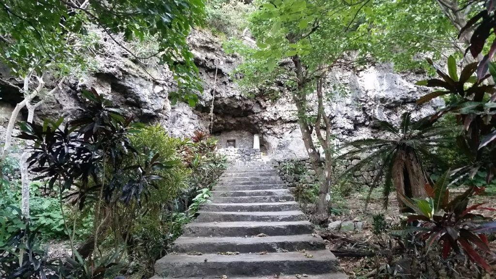 仲間満慶山の墓