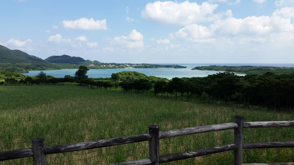 川平湾を望むパーキング下の浜